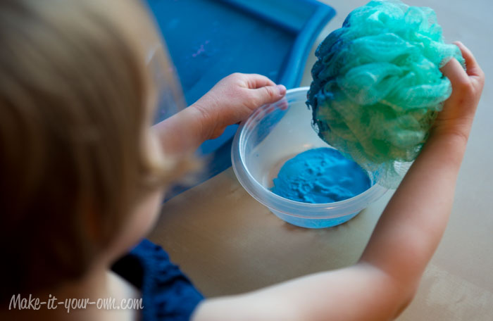 Baby Gift Topper: Painting with a bath poof
