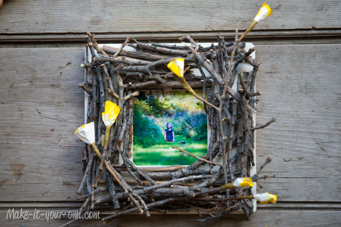 Twig Frame with make-it-your-own.com (Crafts & activities for kids!)