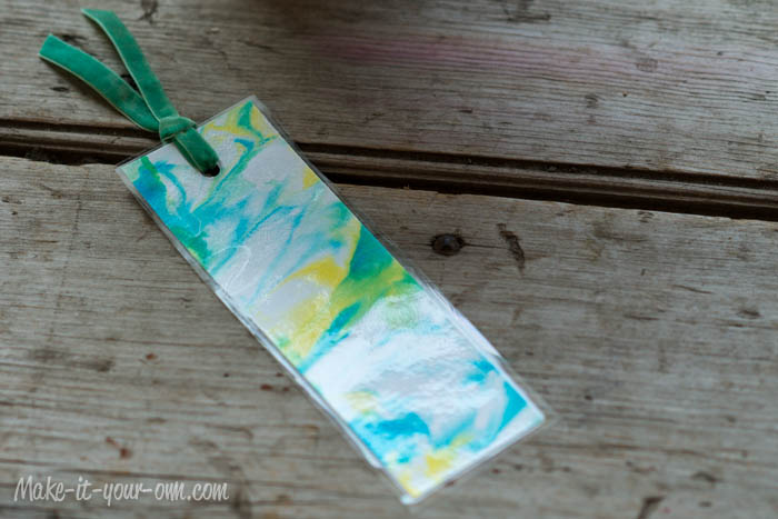 Back to School: Personalizing a Bookmark with Marbling at make-it-your-own.com (Art, craft and activities for children)
