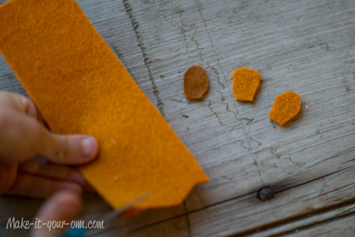 Fall Fun: Felt Pinecone Present Topper from make-it-your-own.com (Art, crafts & activities for kids)