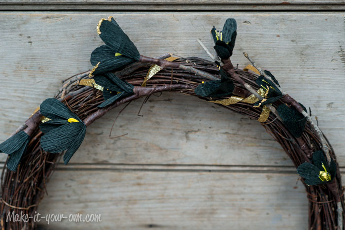 Halloween: Floral & Creepy Crawlies Wreath from make-it-your-own.com (Art, crafts & activities for kids)