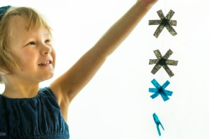 Simple Snowflake Garland from make-it-your-own.com (Art, crafts & activities for kids)