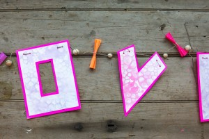 "Valentine's Day: Bubbly ""Love"" Garland from make-it-your-own.com (Crafts & activities for kids)"