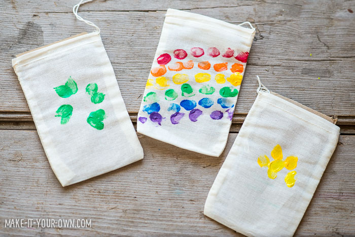 Fingerprint Treat Bags (Perfect for St. Patrick's Day) with make-it-your-own.com (Crafts & activities for kids)