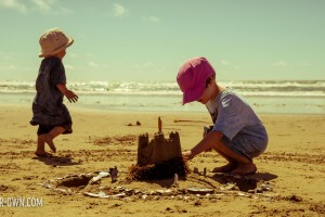 Annual sandcastle photo idea with make-it-your-own.com (Crafts & activities for kids!)