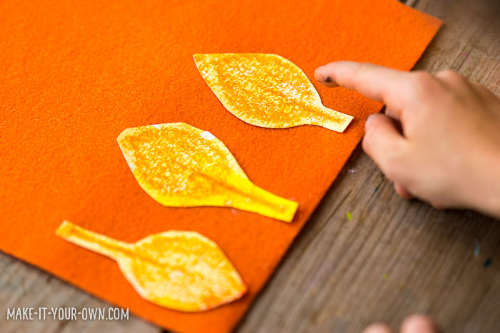 Leaf Rubbing Watercolour Wreath with make-it-your-own.com (Crafts & activities for kids)