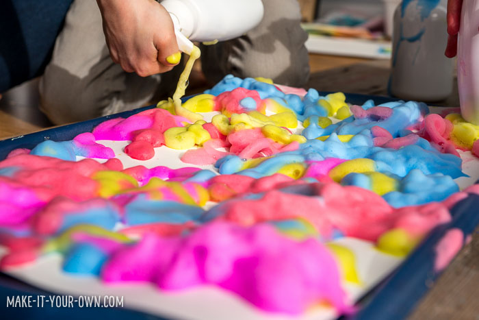 Painting with foaming soap pump with make-it-your-own.com (Creative activities for kids!)