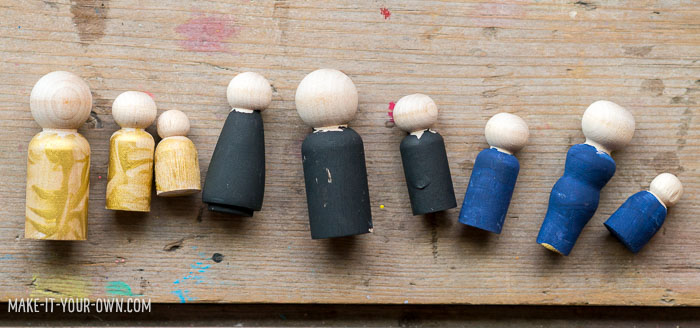 Autumn Fairy Small World:  Use items found in nature to create these Fall peg dolls!