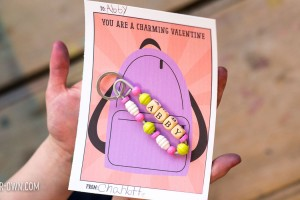 Backpack Charm Valentine: Make this friendship pin to accessorize your friend's backpack. Download the free printable card as well!