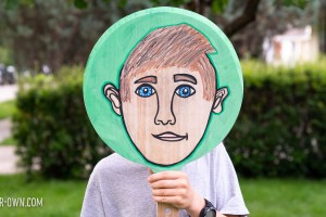 PIZZA PAN PORTRAITS: Use a Pizza server to make a self portrait! These would also make great masks. Perfect for back to school and All About Me units! #portrait #selfportrait #allaboutme #backtoschool #drawingidea #crafts #craftsforkids #art #artforkids
